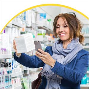 Frau scannt Medikamentenpackung