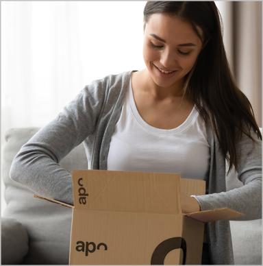 Paketbote übergibt Kundin mehrere Päckchen von apo.com