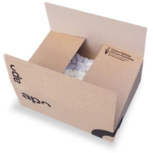 Ein Karton von apo.com, welcher mit Maischips als Verpackungsmaterial gefüllt ist